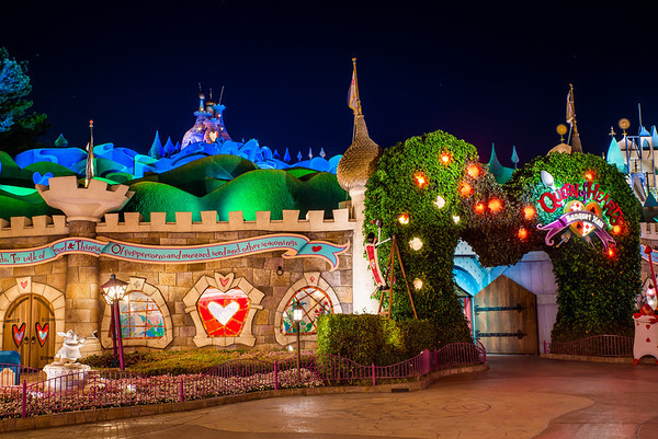 [Tokyo Disneyland] Nouvelles attractions à Toontown, Fantasyland et Tomorrowland (15 avril 2020)  Queen-heart-banquet-hall-night-M