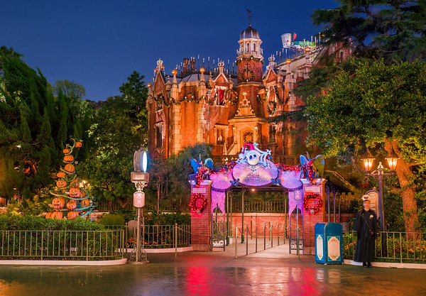 http://tombricker.smugmug.com/Disney/Tokyo-Disneyland/i-qBvz5d9/0/M/haunted-mansion-holiday-nightmare-exterior-M.jpg